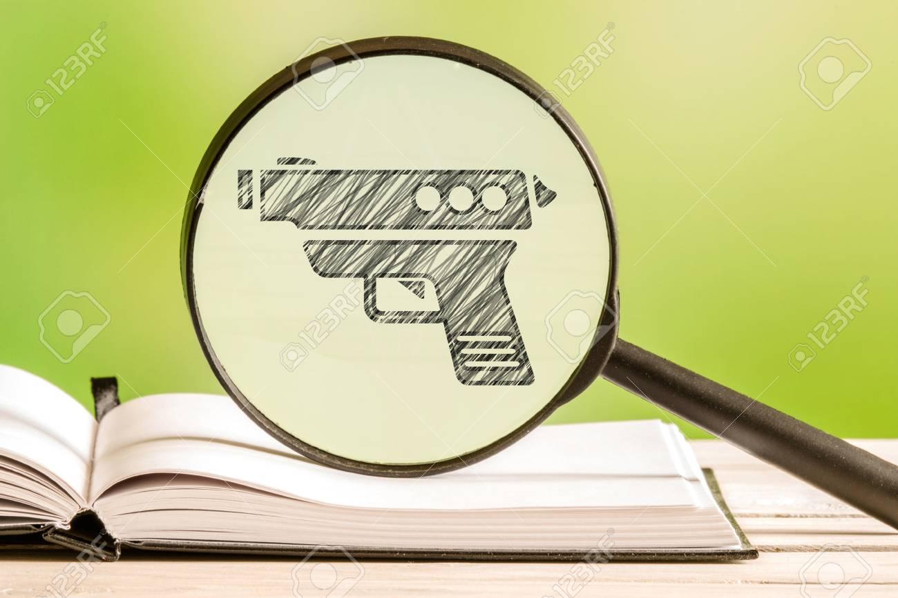 Información De Armas Con Un Dibujo A Lápiz De Un Arma En Una Lupa