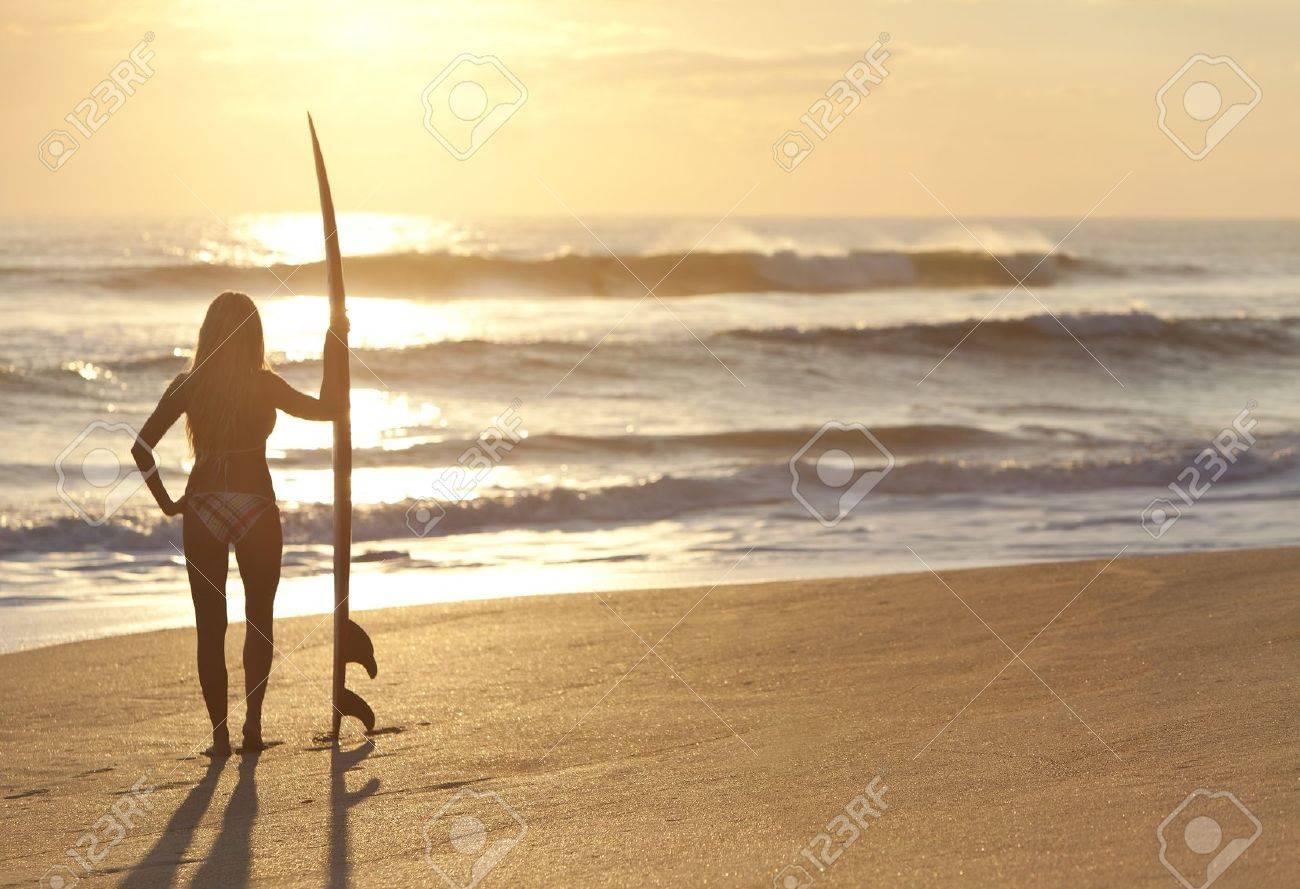 Фото женщин на пляже в бикини и без 30 фотография