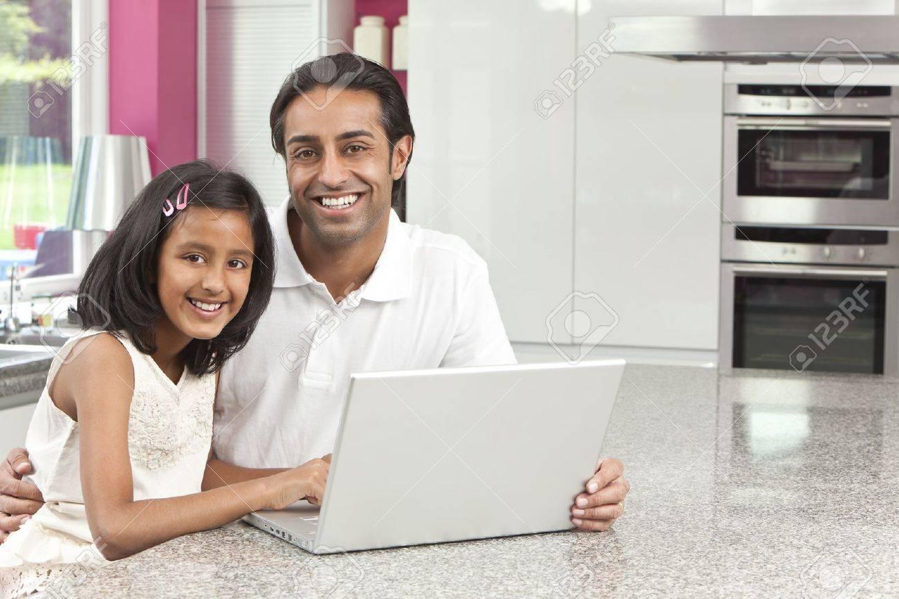 Asian Indischen Vater Und Tochter, Mann Und Mädchen Mit Laptop ...
