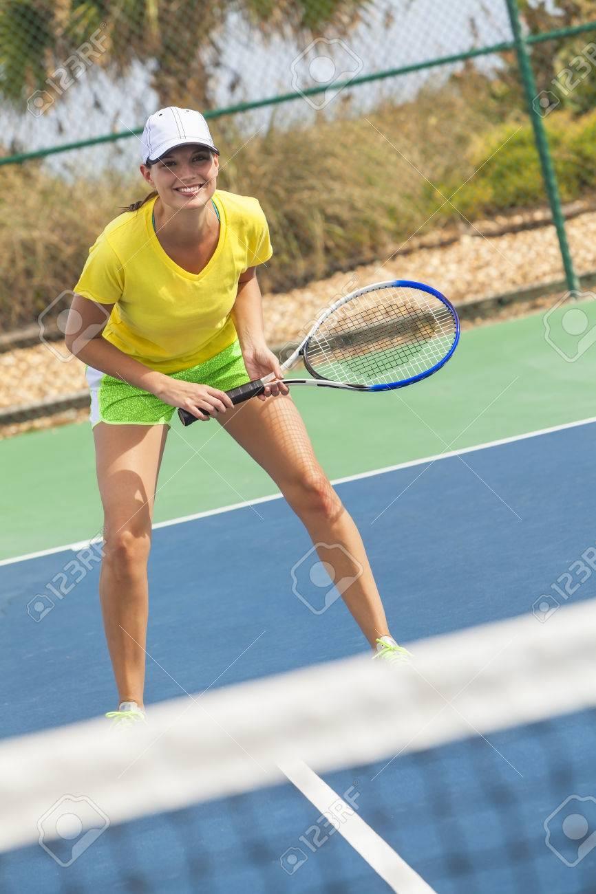 baca610d92 Foto de archivo - Hermosa niña feliz o mujer joven riendo sonriendo y  jugando al tenis