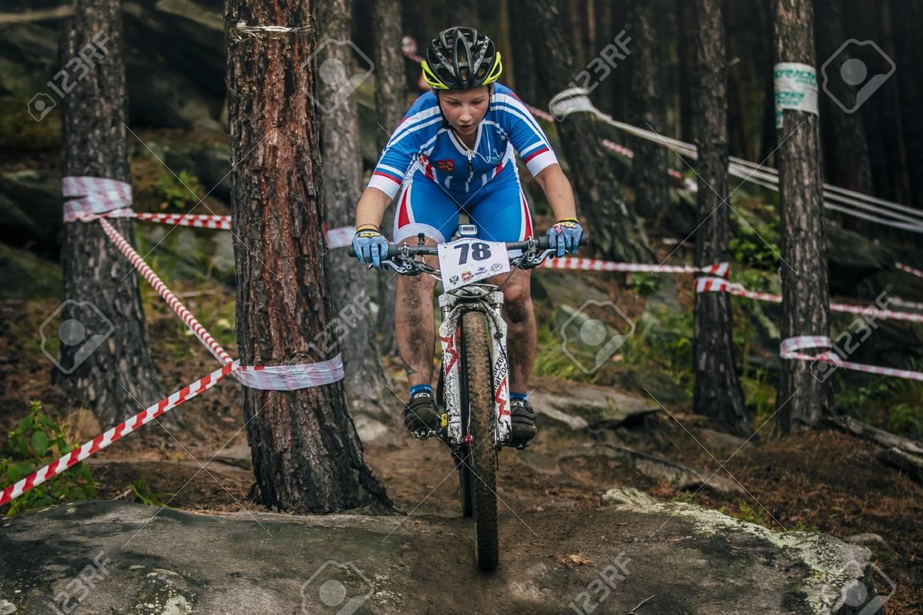 Sludorudnik Russia 6 Agosto 2015 Ragazza Mountainbike Giù Le Pietre Durante Spartakiada Tra I Ragazzi E Le Ragazze In Bicicletta Mountain Bike