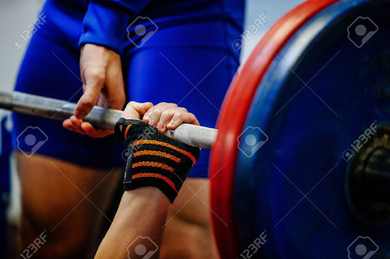 hand wristbands young men powerlifter bench press - 72550919