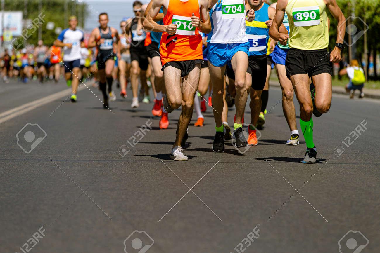 leader marathon race run ahead of large group runners - 170696013
