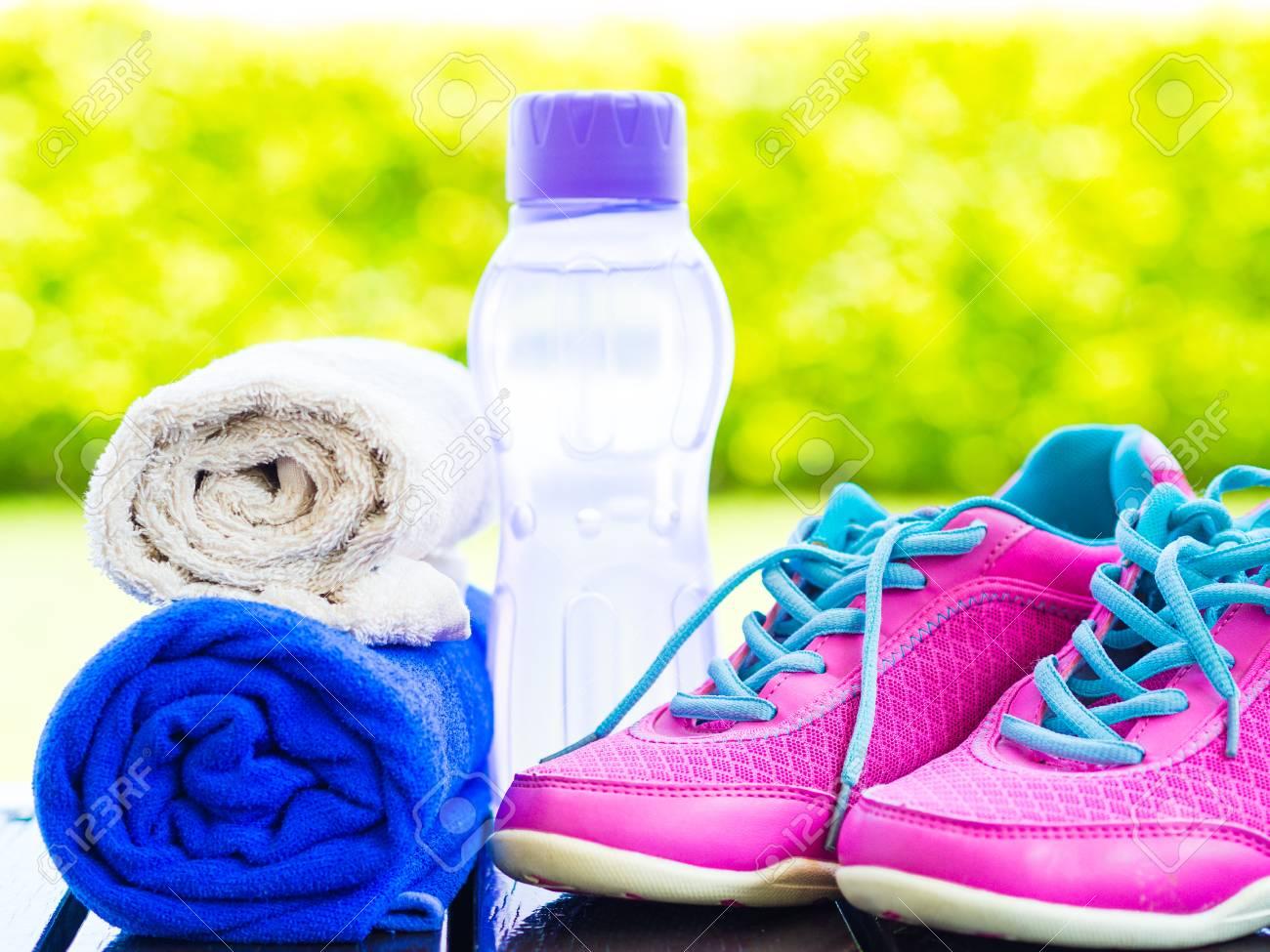 Paire Chaussures Sport Sur Rose Fnhpw De D'eau Bouteille Serviette K1JTlcF