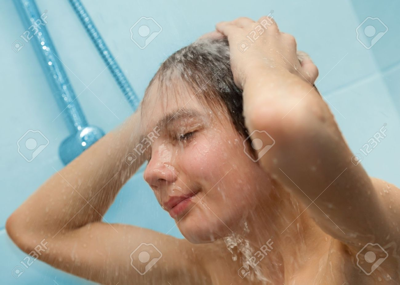 tetya-stoyala-pod-dushem