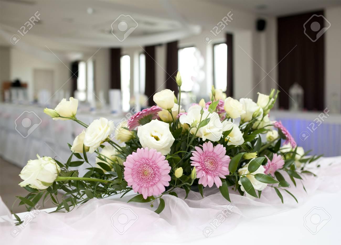 Hochzeit Tabelle Mit Blumenstrauss Von Gerbera Blumen Lizenzfreie