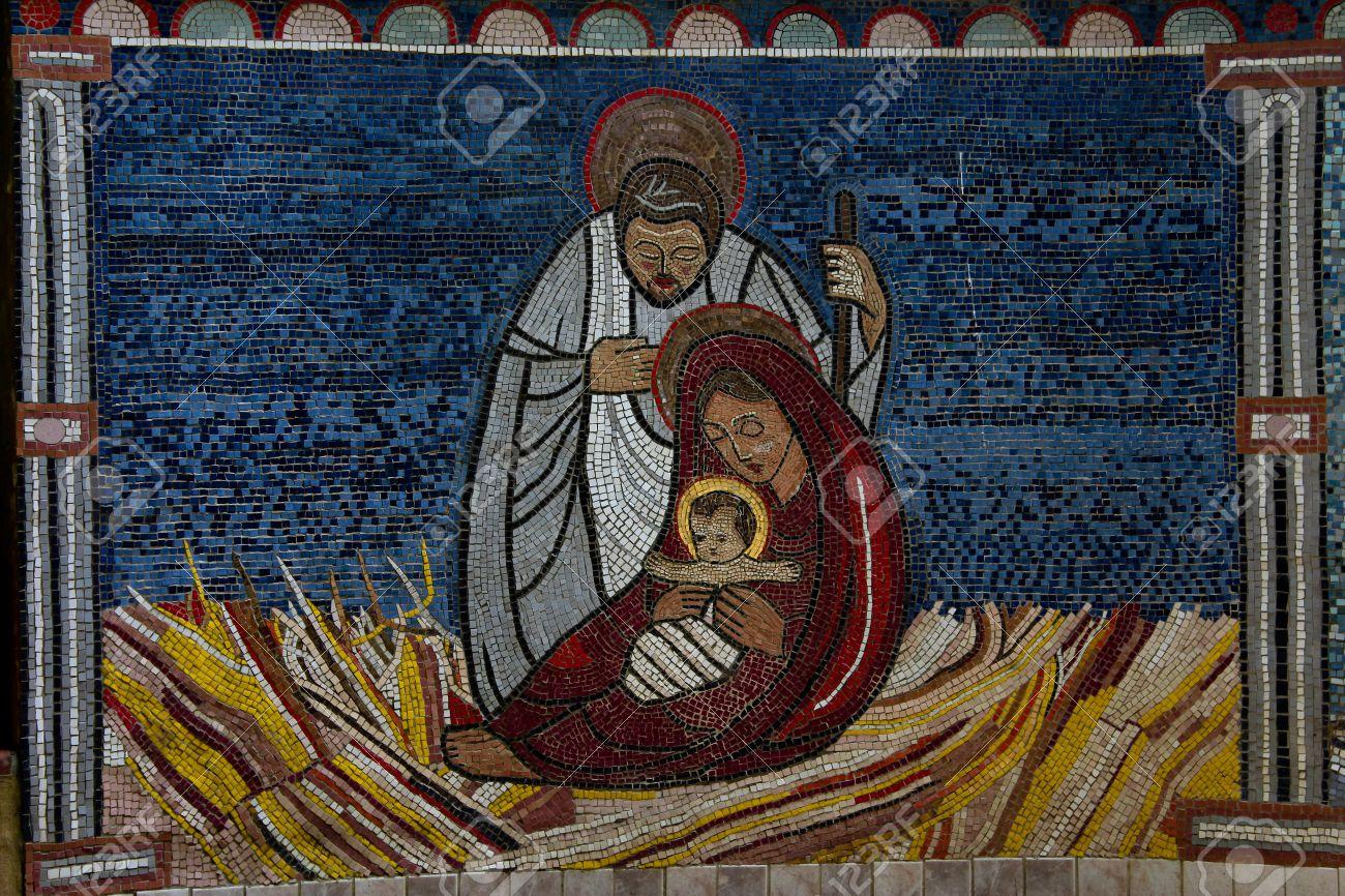 Piastrella mosaico di gesù bambino con maria e giuseppe a natale