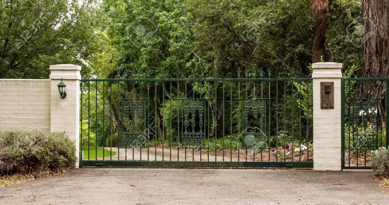 Grune Metall Einfahrt Eingangstore In Ziegel Zaun Gesetzt