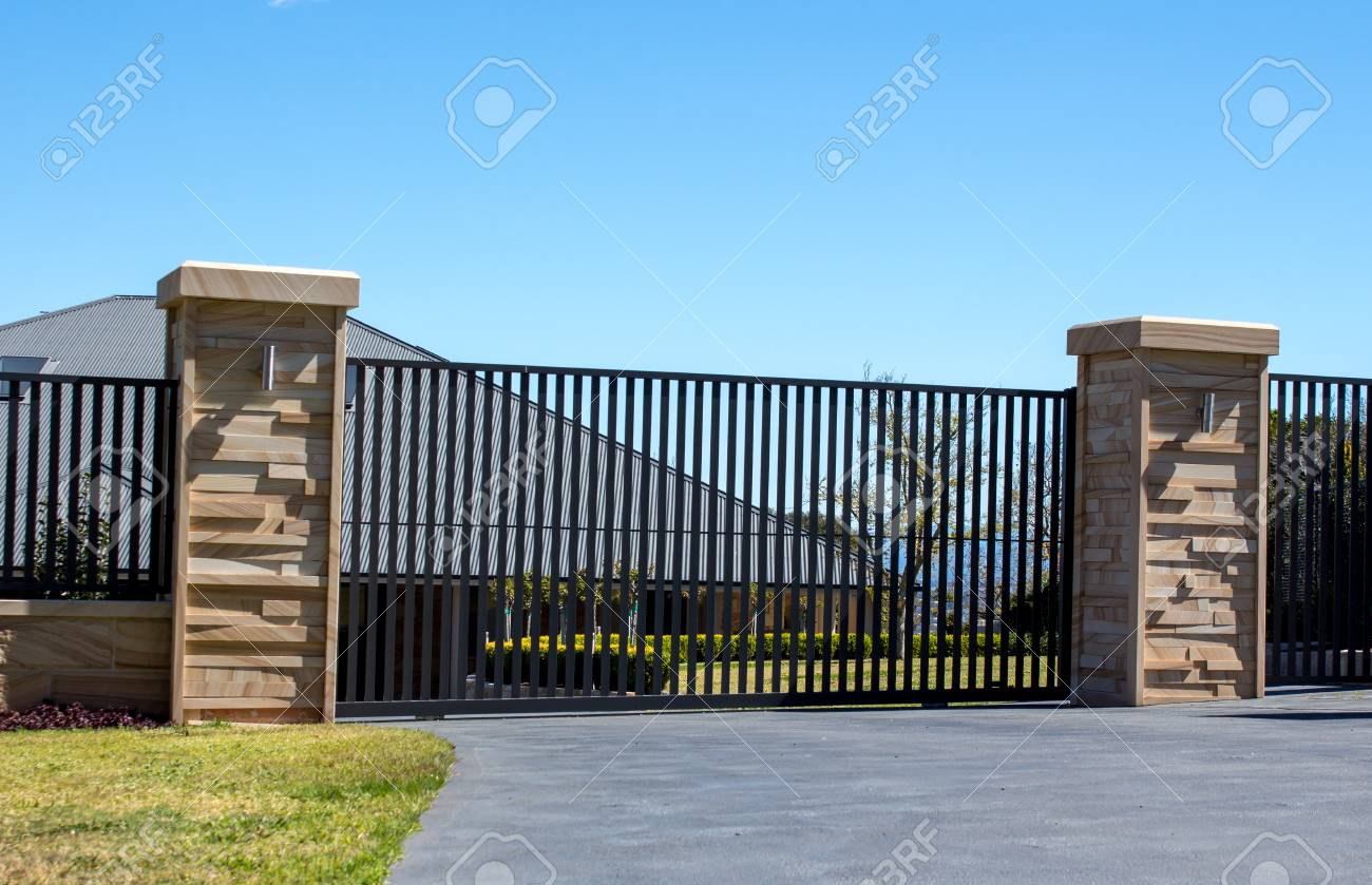 Portes D\'entrée D\'entrée En Métal Noir Placées Dans Une Clôture En ...
