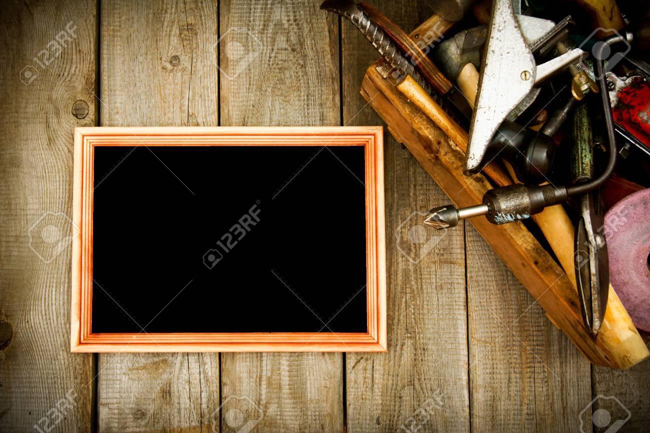 Rahmen Mit Alten Werkzeugen (Bohrer, Hammer, Säge Und Andere) In ...