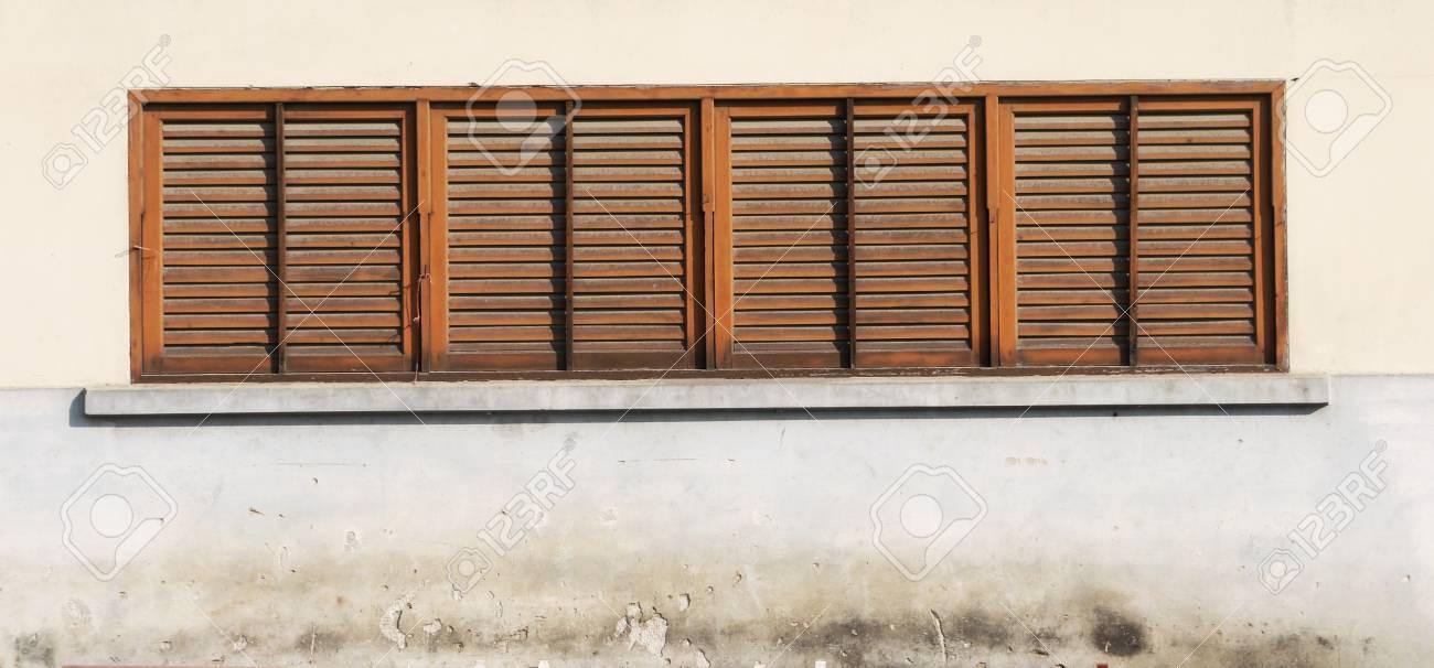Fenetre Rustique fenêtre rustique fermée avec des volets extérieurs en bois banque d