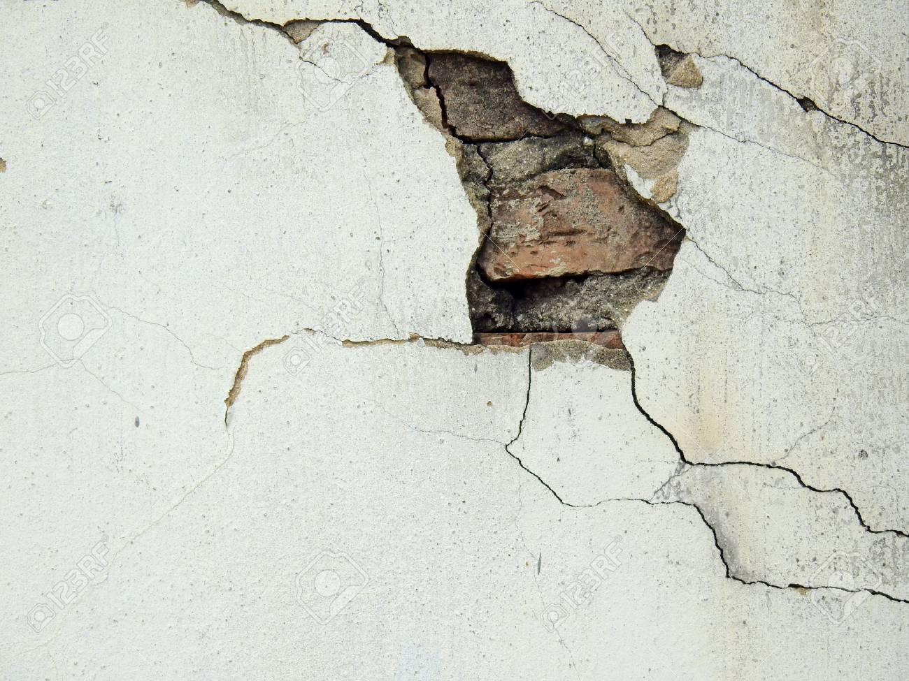 old white wall with crack - 89431163
