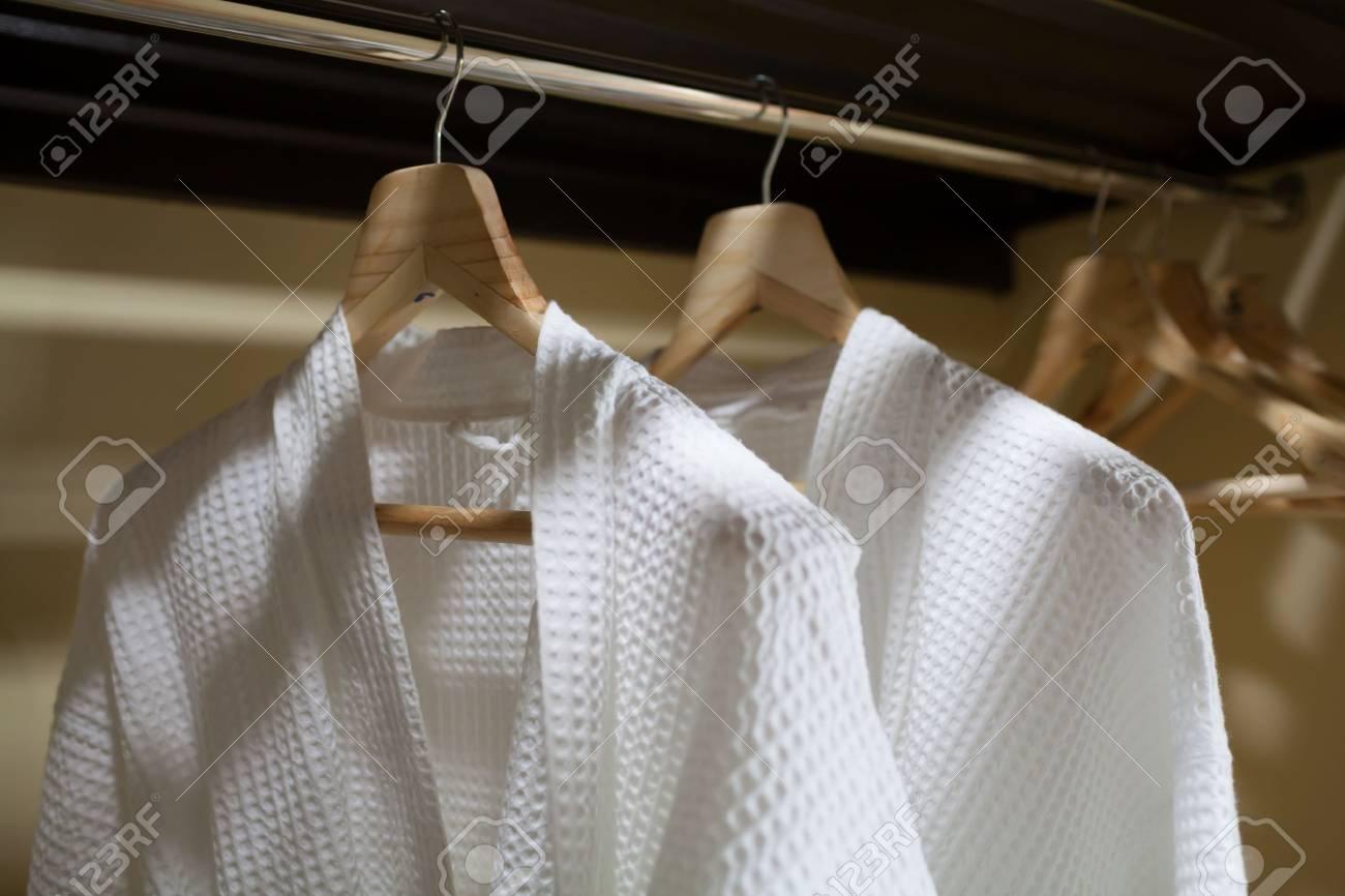 Weißen Gewändern Mit Hölzernen Kleiderbügel Lizenzfreie Fotos ...