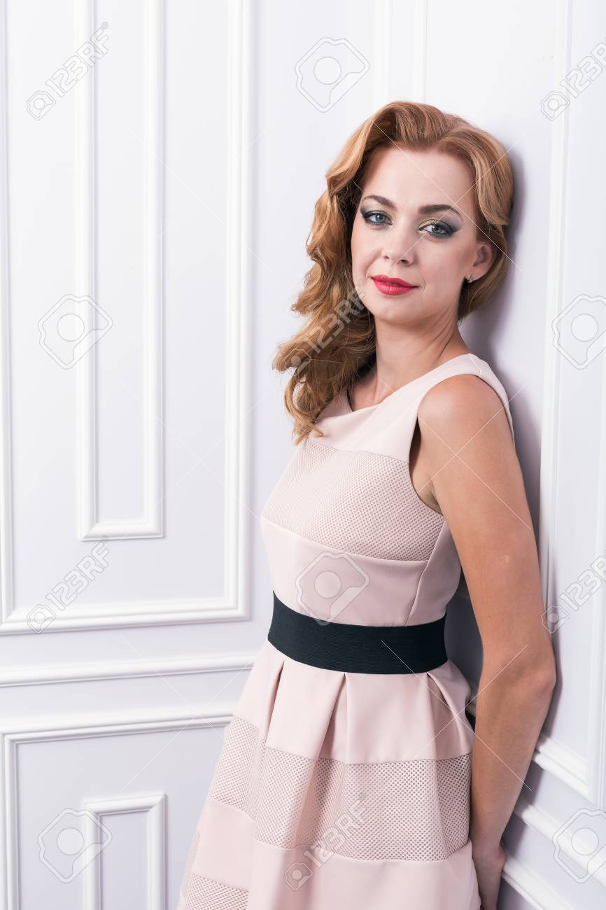 Hermosa Mujer Joven Con El Pelo Largo Y Ondulado Corte De Pelo Rizado Y Maquillaje Brillante Hecho En El Pelo Y Maquillaje Estudio