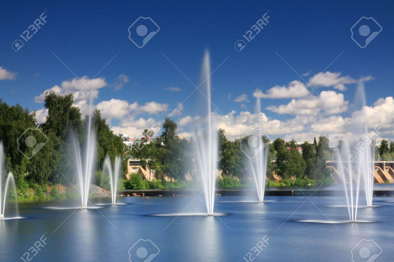 fuentes de agua en el centro de oulu finlandia foto de archivo