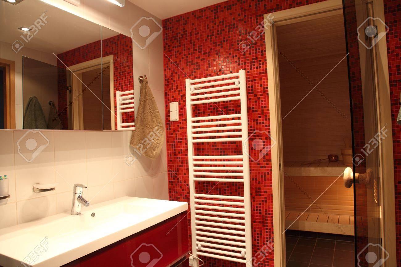 Moderno Bagno Con Sauna Finlandese, Piastrelle Rosse E ...