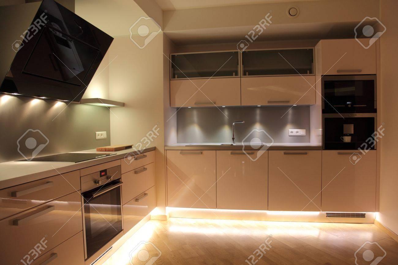 Sympathisch Moderne Beleuchtung Referenz Von Schöne Nordische Küche Mit Moderner Standard-bild -