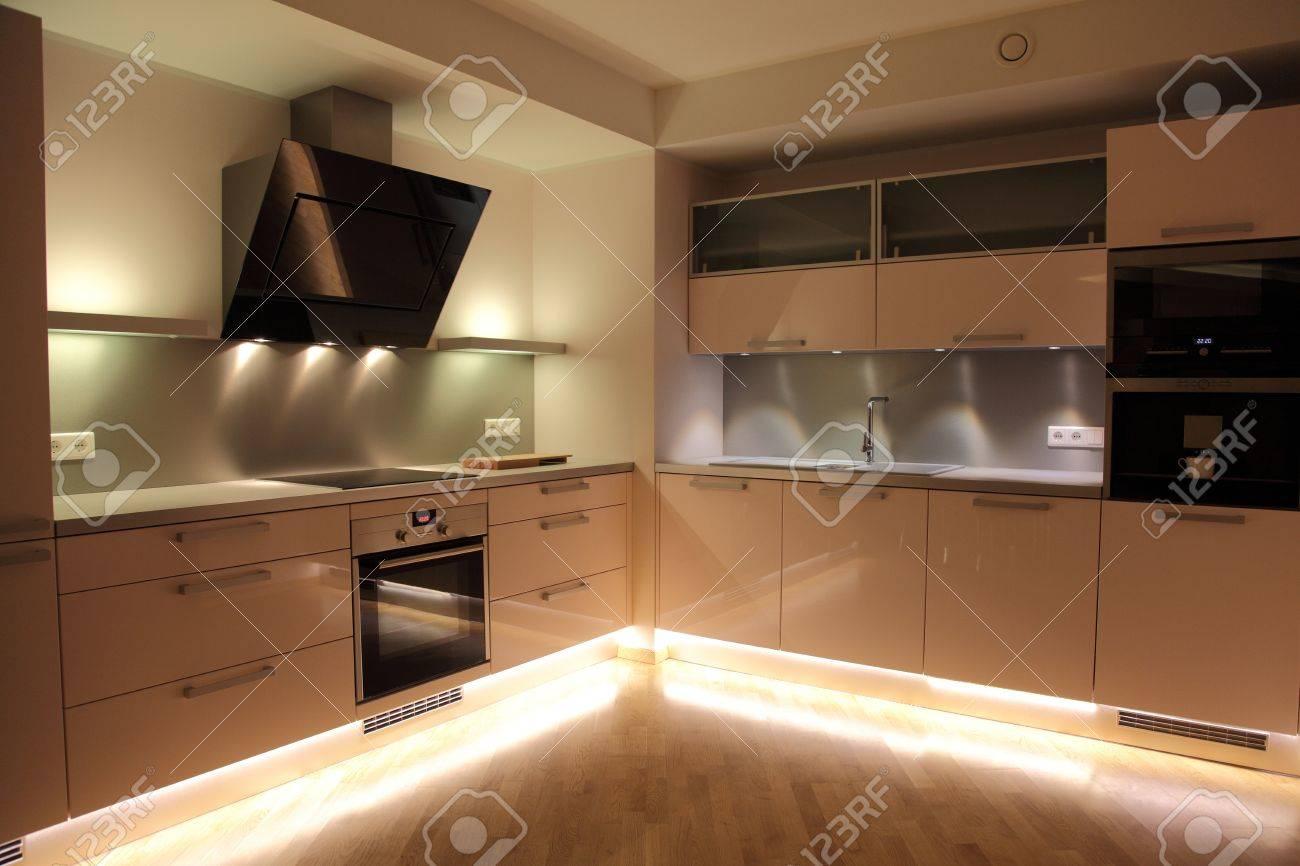Fesselnde Moderne Beleuchtung Foto Von Schöne Nordische Küche Mit Moderner Standard-bild -