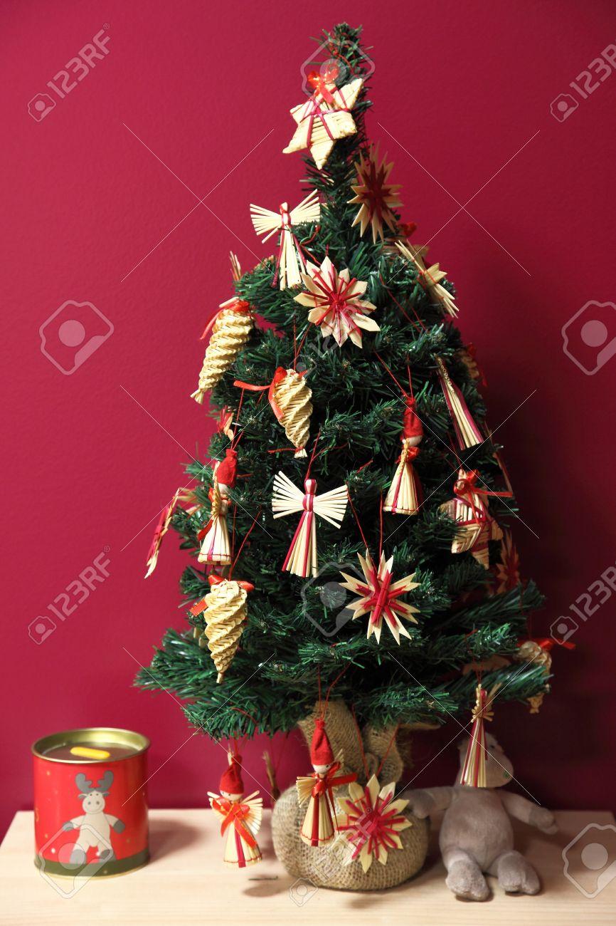 pequeo rbol de navidad con adornos tradicionales de rafia finlandeses foto de archivo 17235824 - Arbol De Navidad Pequeo