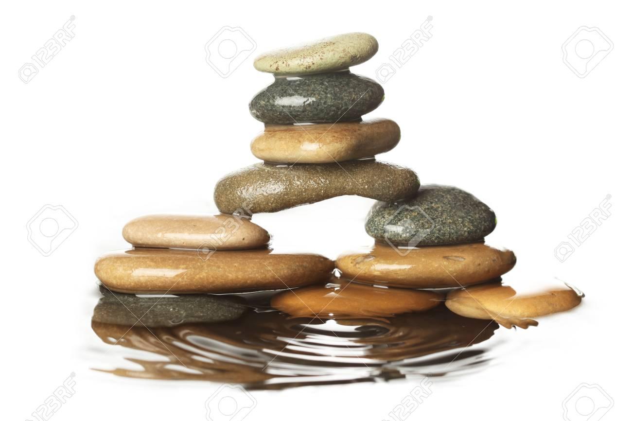 Steine Im Wasser Lizenzfreie Fotos Bilder Und Stock Fotografie