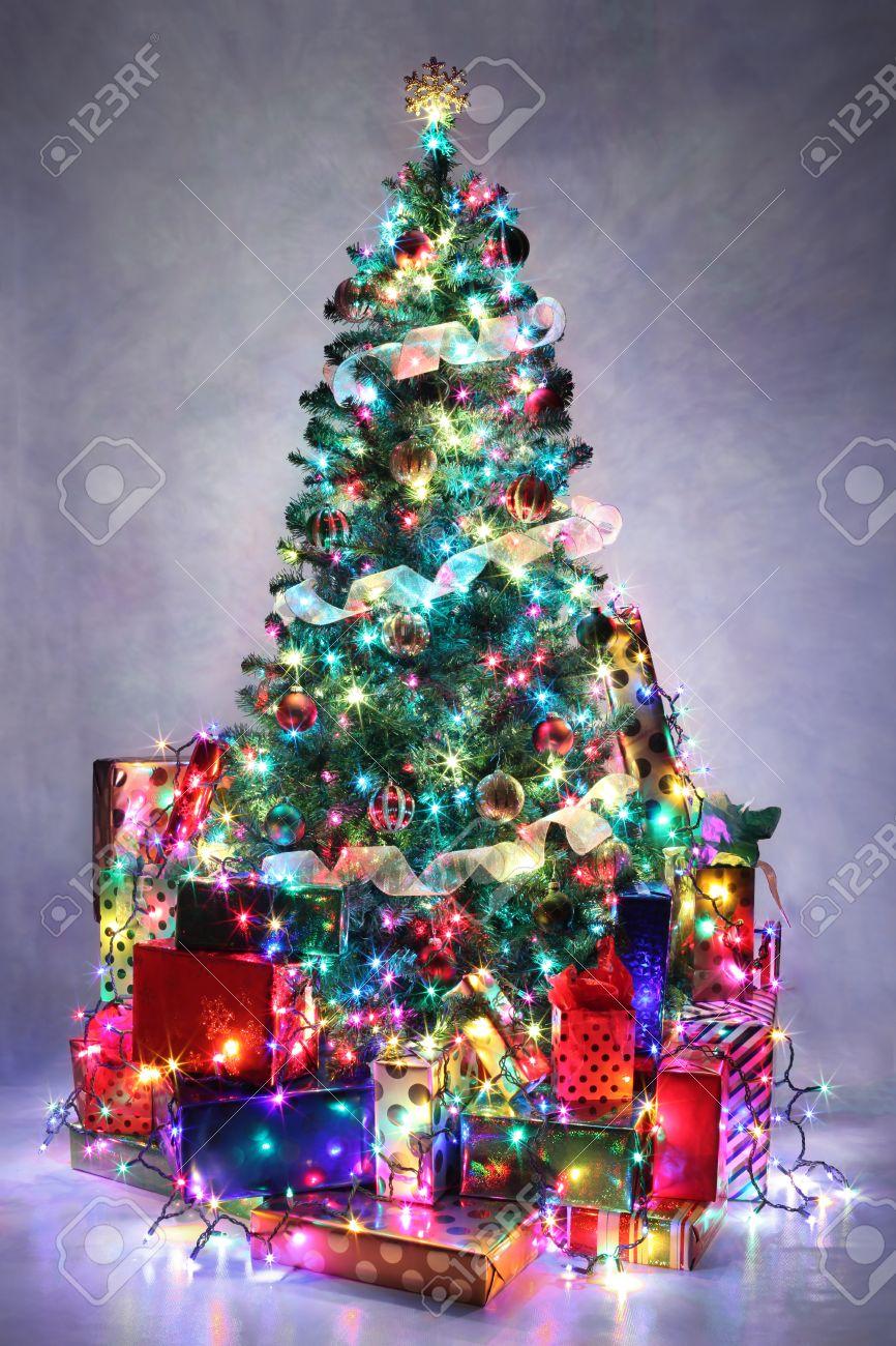 foto de archivo rbol de navidad decorado con luces de colores rodeado de regalos