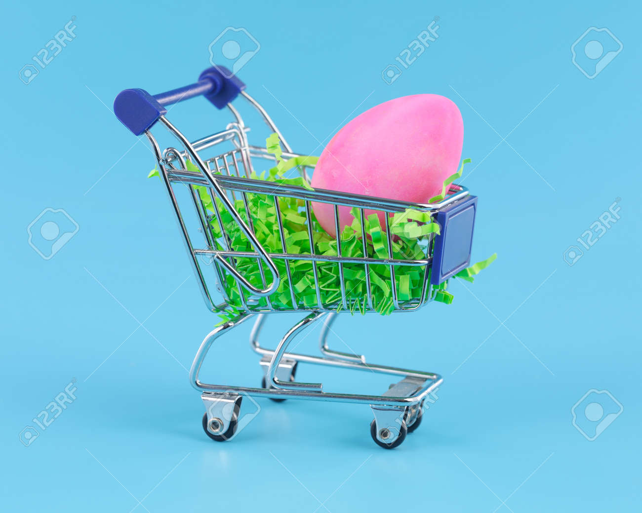 Pink Easter egg in shopping cart for Easter shopping concept. - 166132246