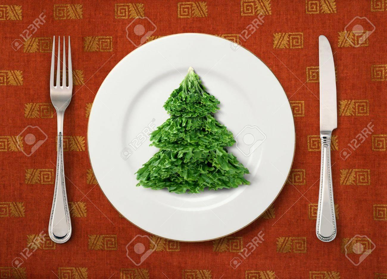Die Weihnachts-Salat Auf Weißem Teller Auf Dem Tisch Lizenzfreie ...