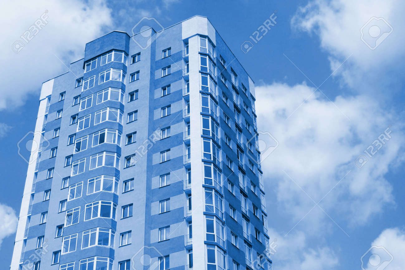 Moderne Gebäude Stadt Gegen Himmel. Blue Farbigen Bild. Lizenzfreie ...