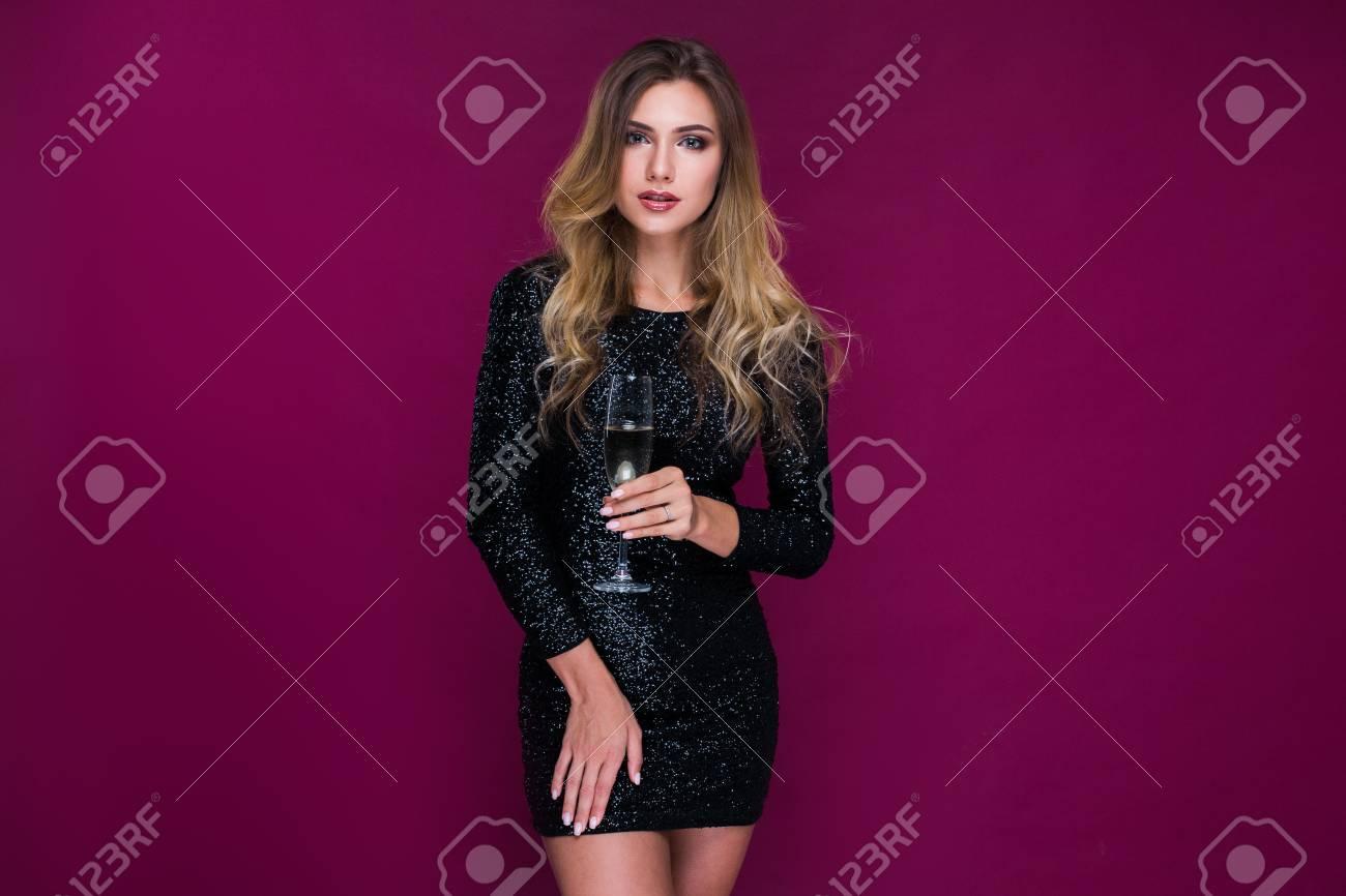 Hermosa Mujer Rubia En La Fiesta En Vestido Sexy Posando Y Mirando ...