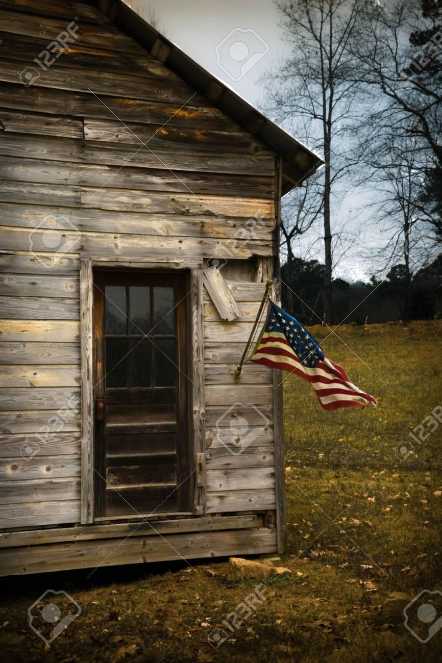 Eine Amerikanische Flagge Hangt Von Einer Alten Kabine Haustur