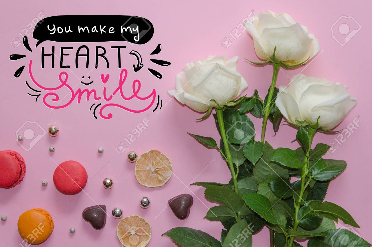 St. Valentinstag Vintage Zusammensetzung Der Weißen Rosen, Macarons,  Schokoherzen Und Hand Gezeichnete Liebe