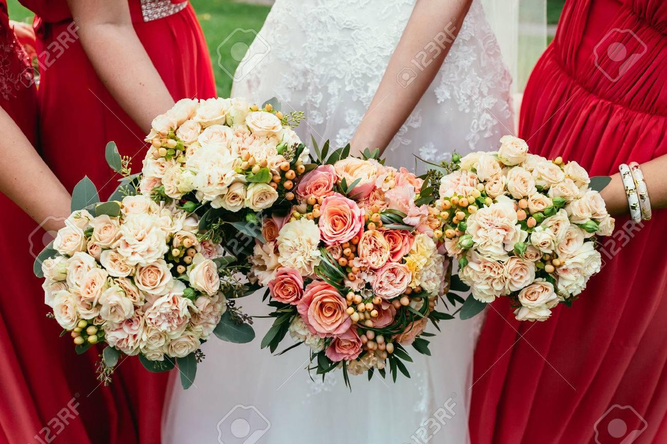 mariée et demoiselles d'honneur tenant des bouquets de mariage