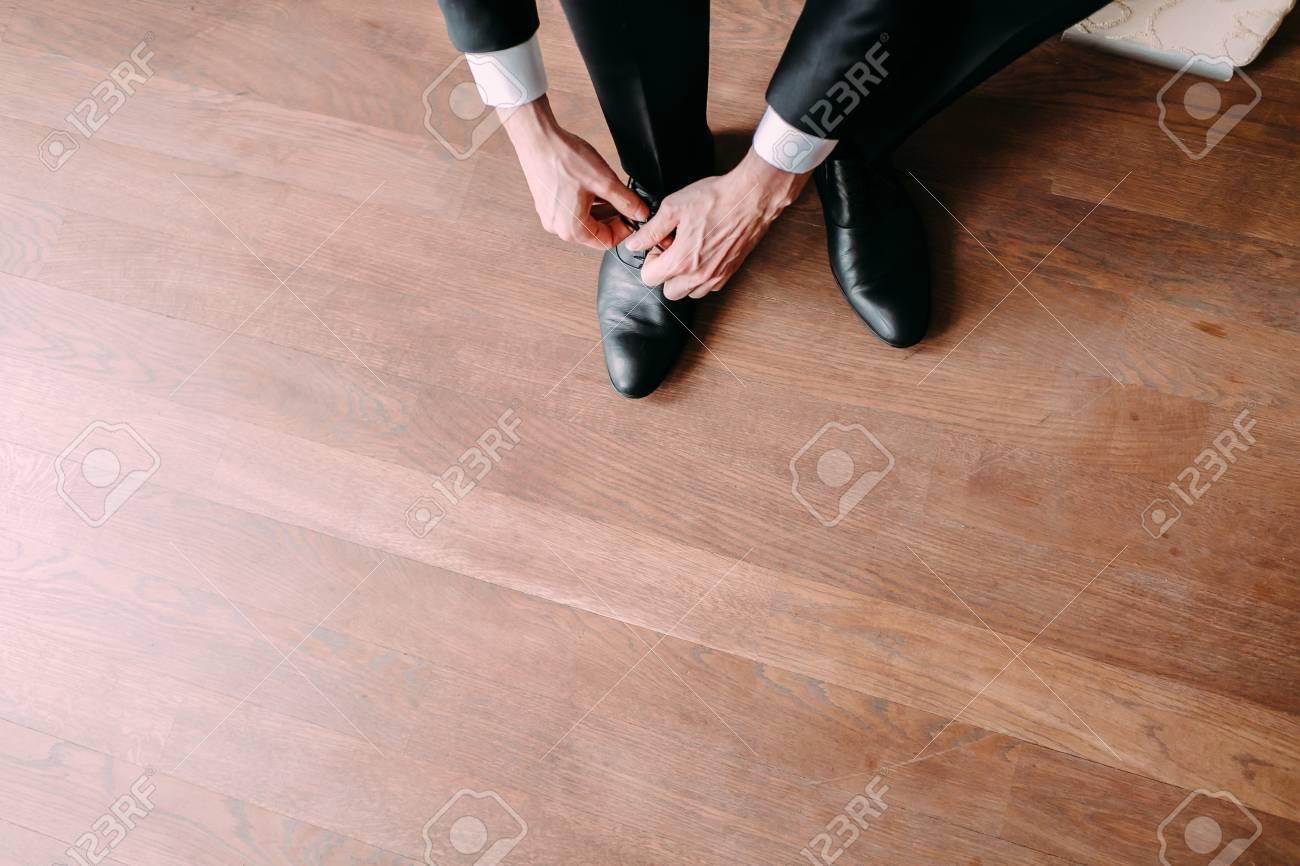 Hombre De Negocios Que Ata Cordones De Zapato En El Piso. El Novio ...