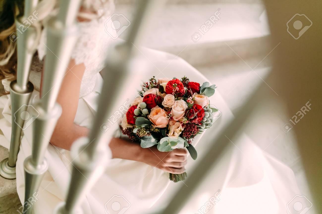 Beau Bouquet De Mariee Avec Des Roses Blanches Et Peche Des