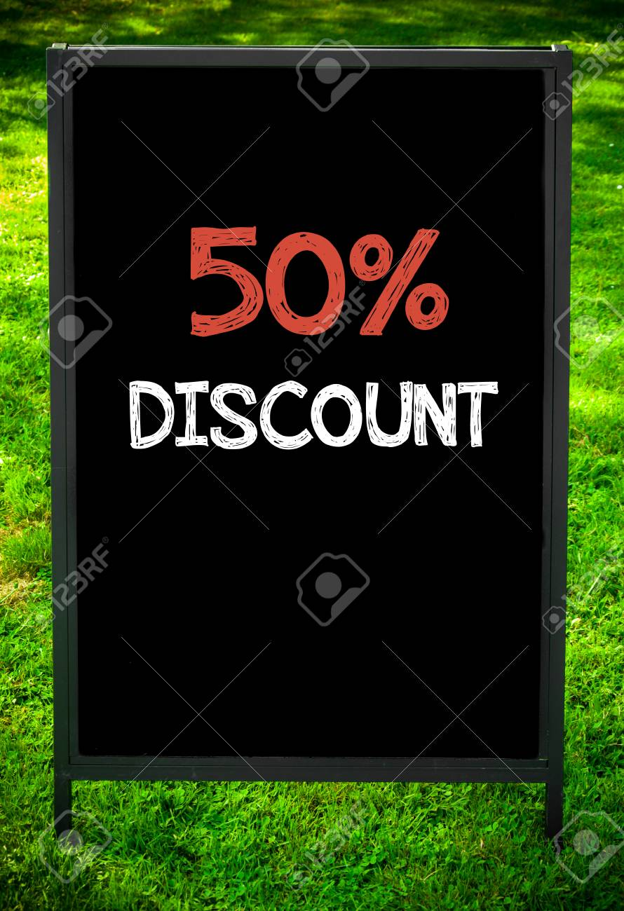 Fifty Percent Discount Nachricht Auf Gehsteig Tafel Zeichen Gegen ...