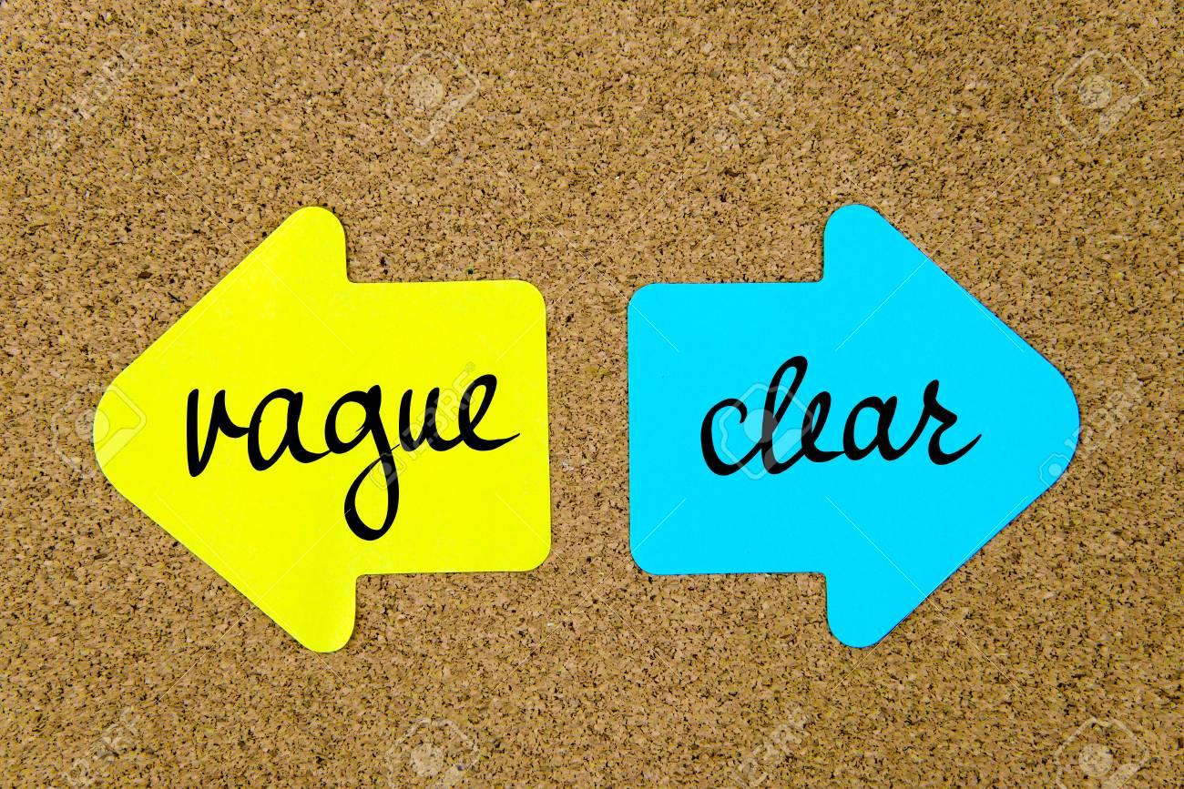 Un message clair contre Vague sur du papier jaune et bleu note flèches opposées épinglés sur panneau de liège avec punaises. image conceptuelle Choix