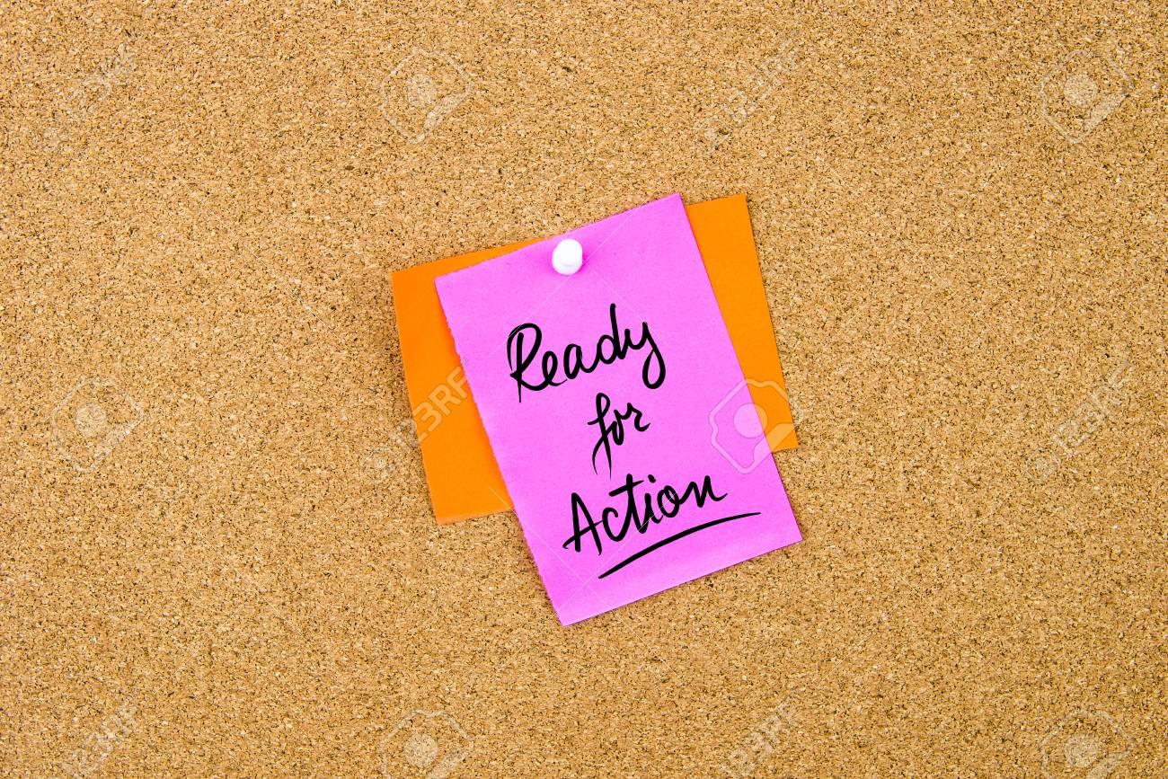Prêt pour l'action écrit sur une note de papier épinglé sur le panneau de liège avec la punaise blanche, espace de copie disponible