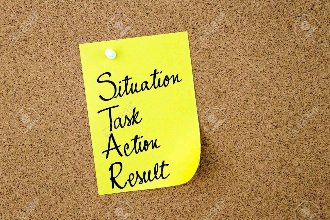 STAR comme situation, tâche, action, résultat écrit sur du papier jaune épinglé sur un panneau de liège avec des punaises blanches, espace de copie