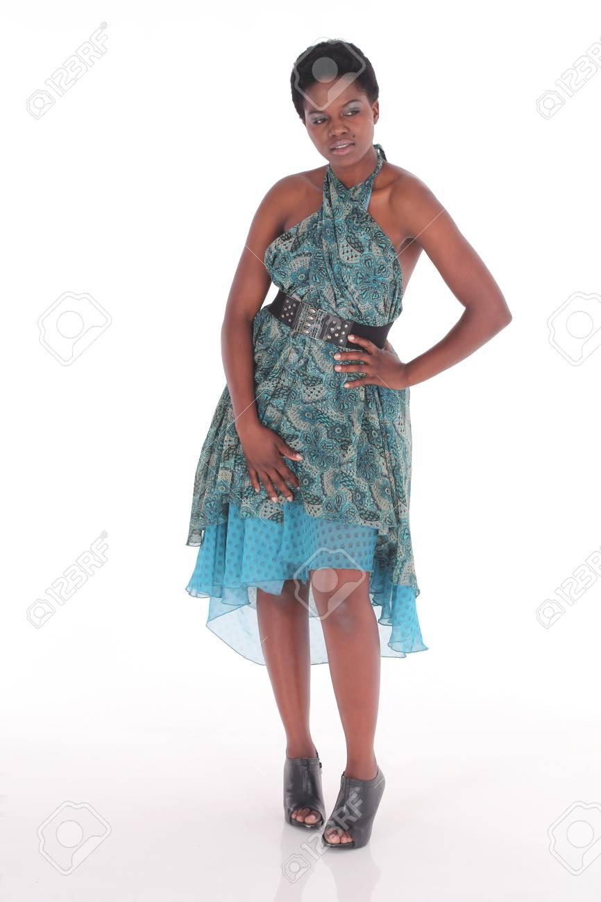3683f747d261 Archivio Fotografico - Femmina africana con i capelli corti in un vestito  floreale blu che propone su una priorità bassa isolata
