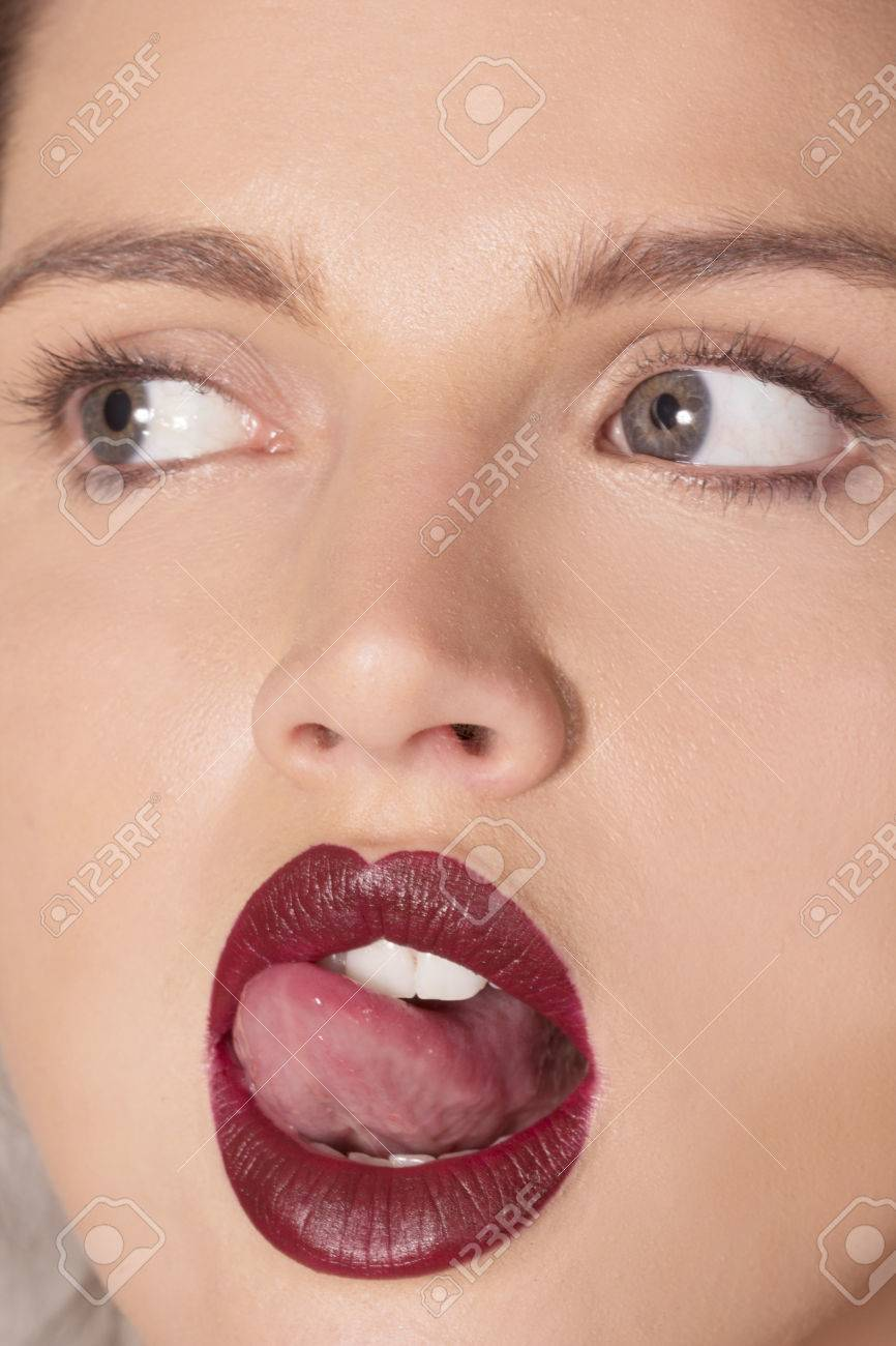 Femme Au Rouge à Lèvres Rouge Foncé Léchant Ses Lèvres
