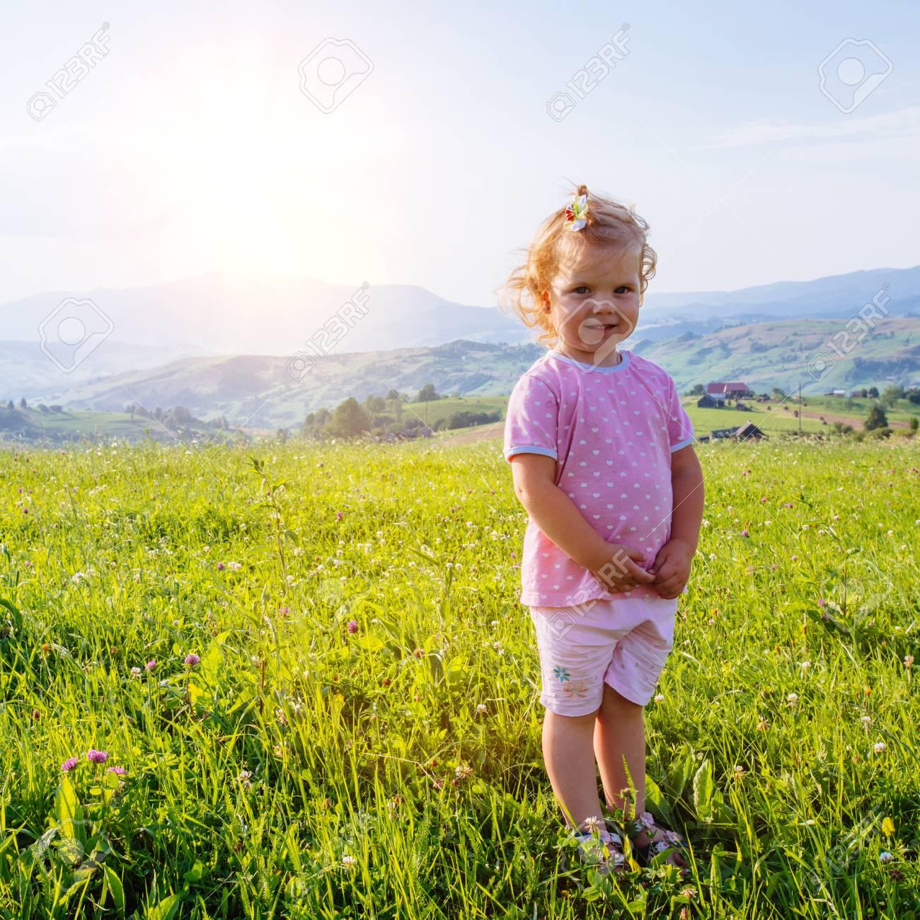 bb00cdcd1254bd Kleines Mädchen läuft durch eine schöne Wiese Standard-Bild - 71179308
