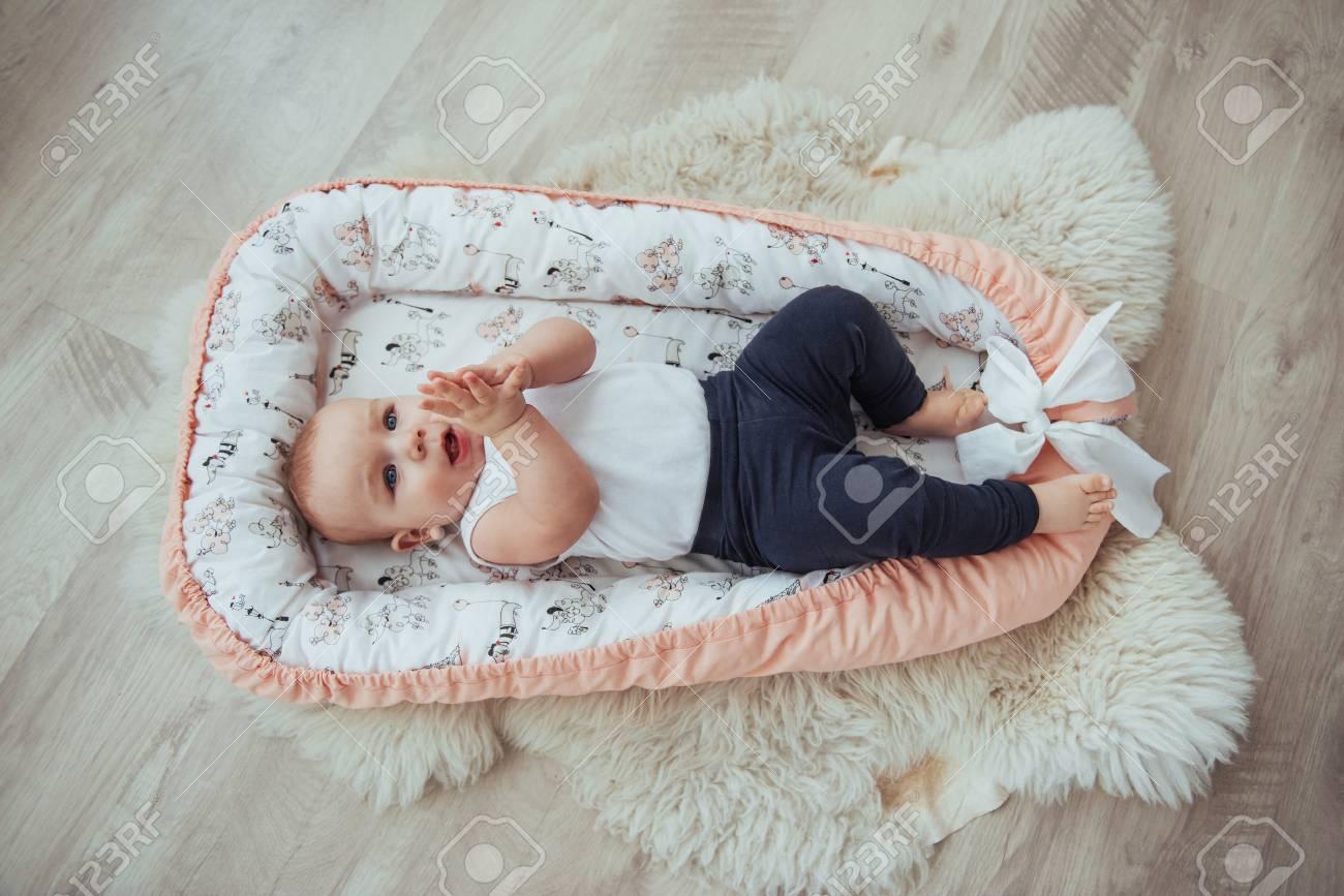 b7fc86ef Foto de archivo - Ropa de cama para niños. El bebé duerme en la cama. Un bebé  sano poco después del nacimiento.