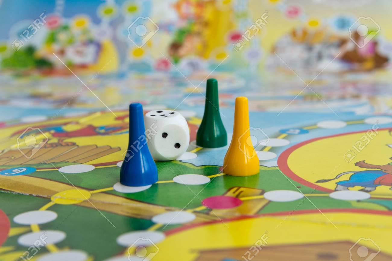 Fichas De Plastico Azules Amarillas Y Verdes Dados Y Juegos De