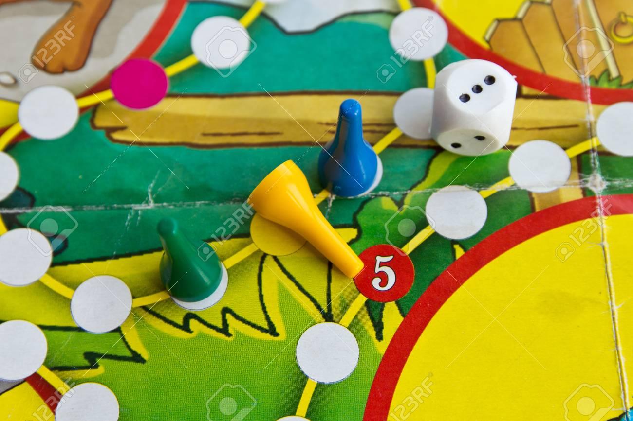 Fichas De Plastico Azul Verde Y Amarillo Y Dados En Viejos Juegos
