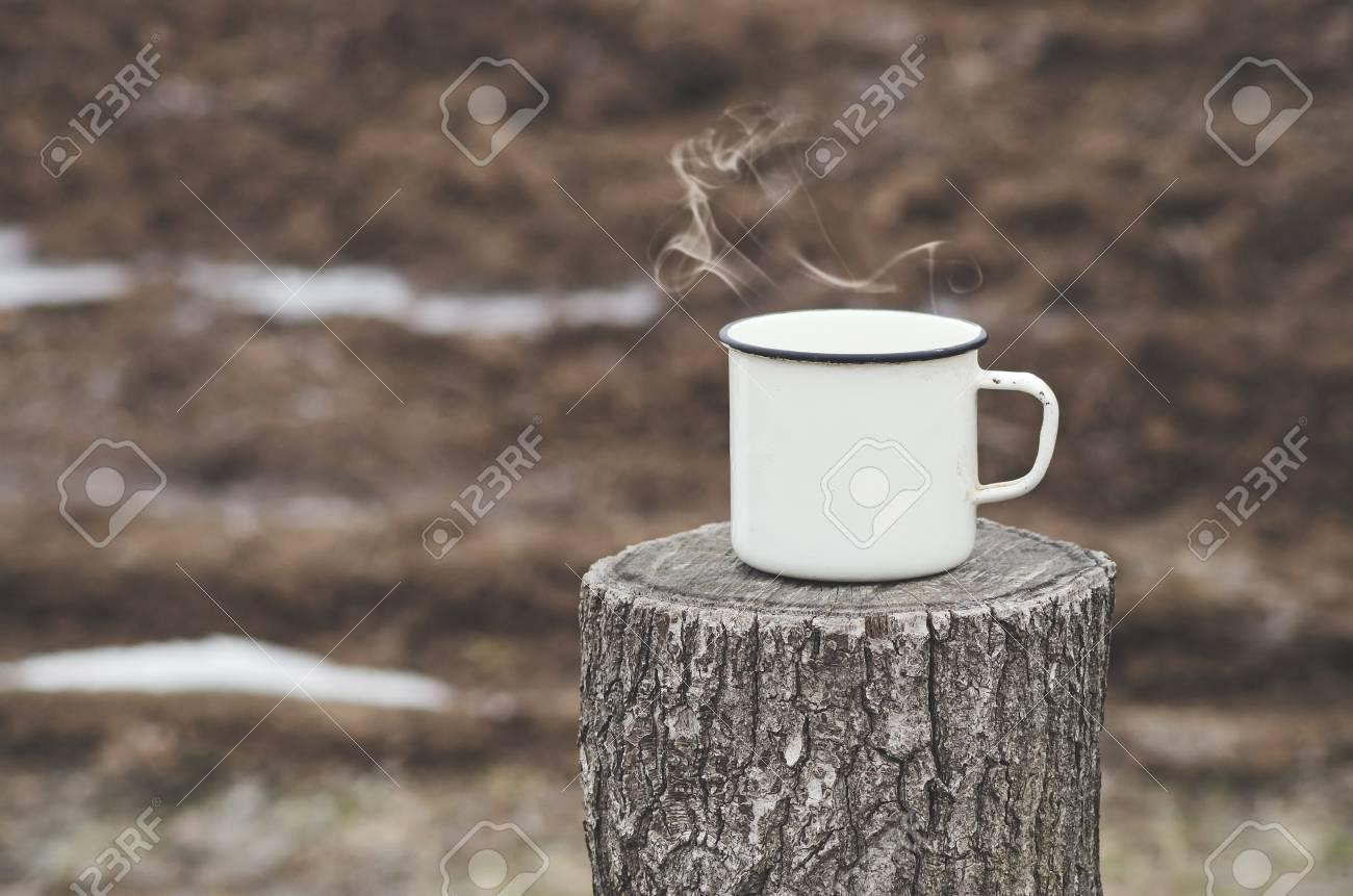 Alte Becher Mit Einem Heißen Getränk Auf Einem Hölzernen Stumpf In ...