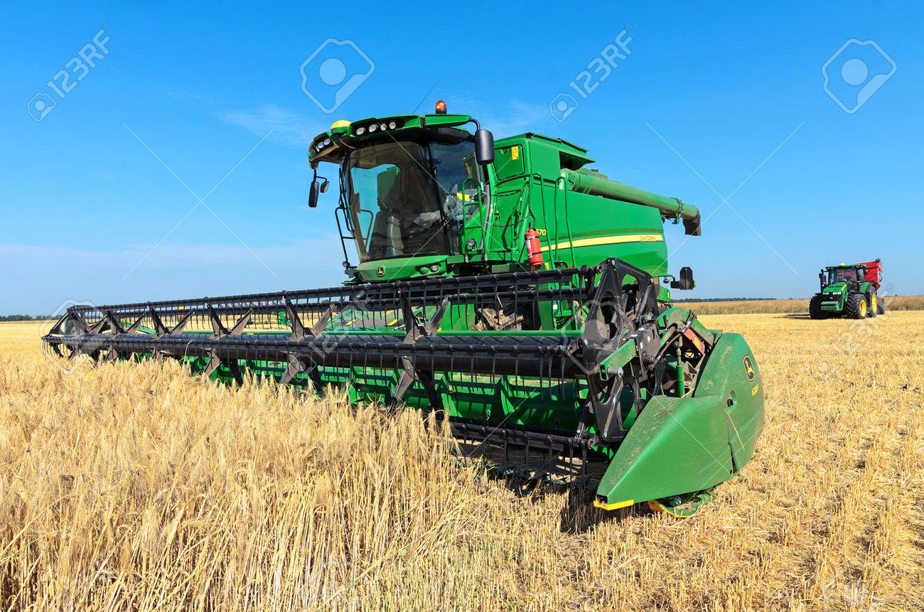John Deere Combine >> Kazanka Ukraine July 11 John Deere Combine Harvester T670