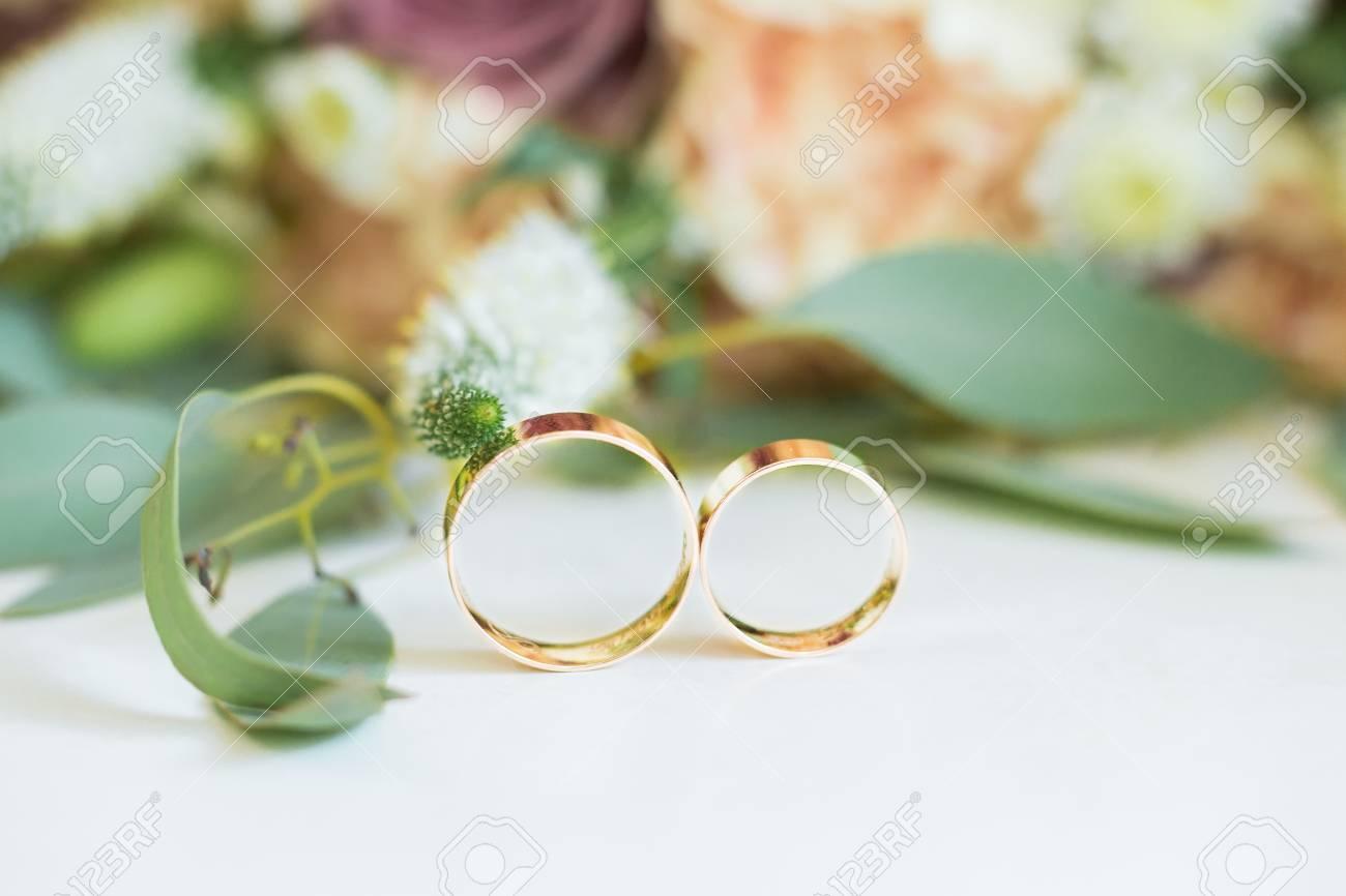 Hochzeit Zwei Goldene Hochzeit Ringe Und Fruhlingsbluten Trauringe