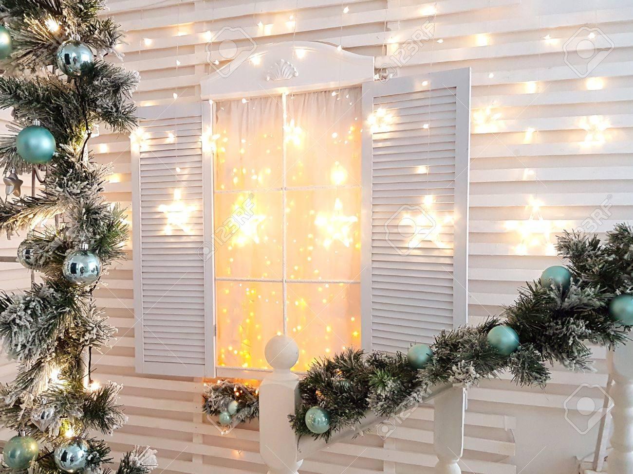 Arbre Bois Blanc Decoration vintage fenêtre en bois blanc donnent noël paysage et la décoration. arbre  de noël et des branches sur l'avant-plan