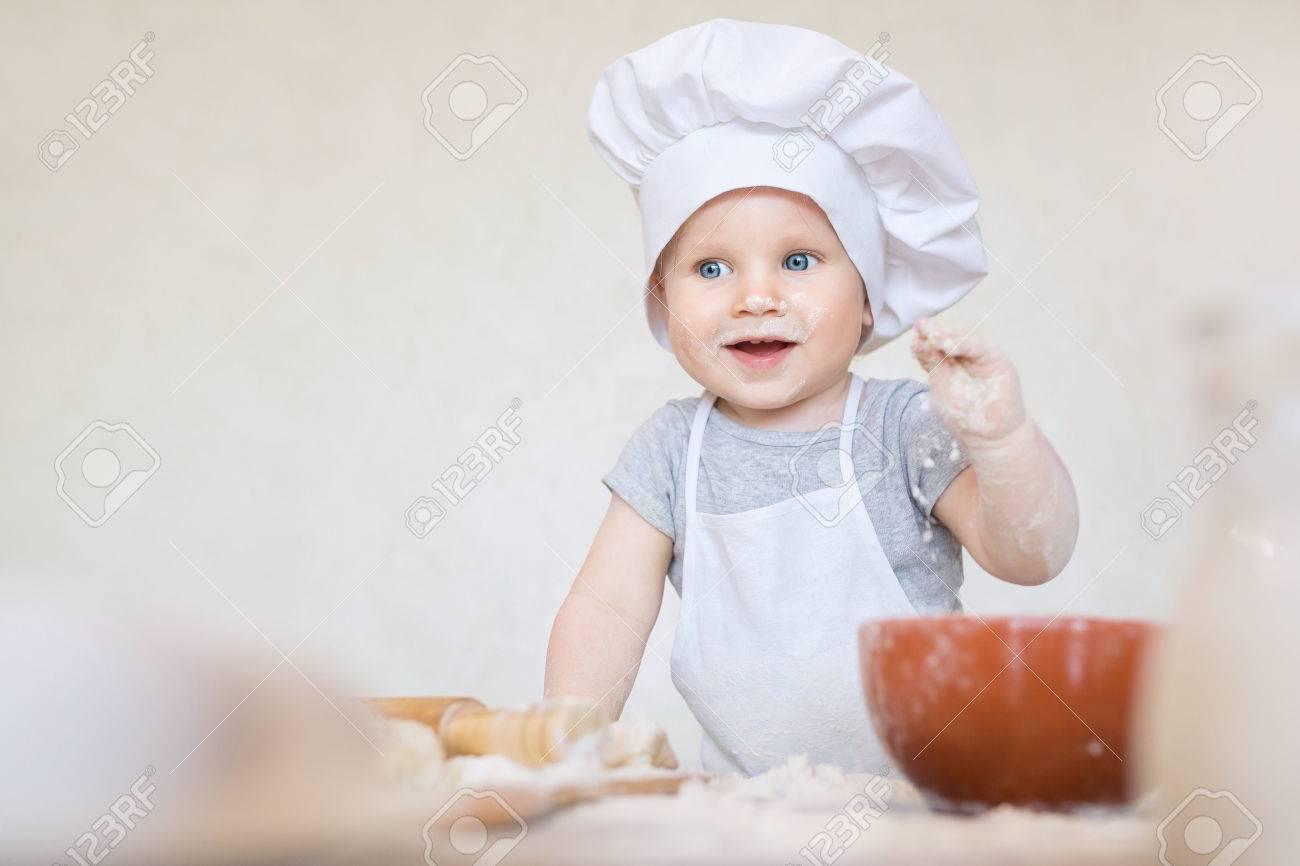 Ein Jahr Altes Baby In Einem Anzug Von Der Koch überrascht Und In ...