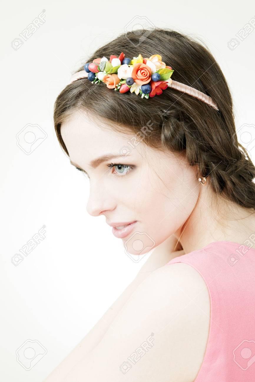 Studio Portrait D Une Belle Jeune Femme Avec Couronne De Fleurs Sur
